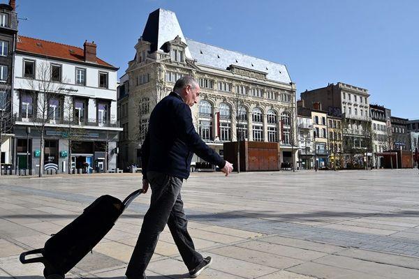 Un homme marche dans les rues de Clermont-Ferrand, le 17 mars 2020.
