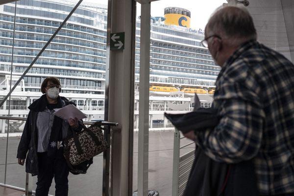 Des passagers à l'embarquement des bateaux de croisière Costa Smeralda dans le port de Savona, près de Gènes, le 1er mai 2021., pour la 1ère fois depuis 4 mois.