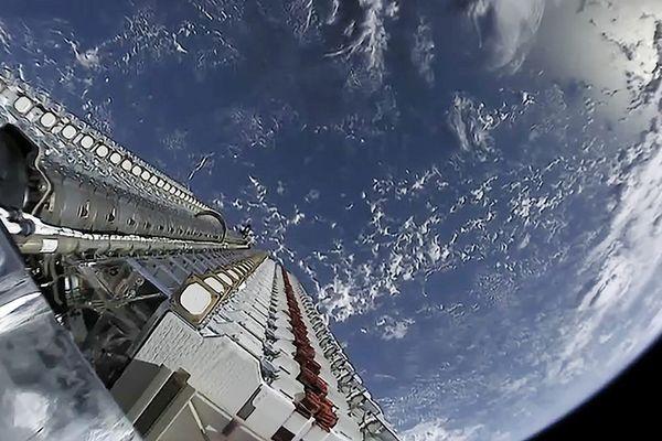 Depuis la Terre, on pouvait voir une série de points lumineux se déplacer dans le ciel. En réalité, une constellation de satellites lancées par la société spatiale californienne SpaceX.