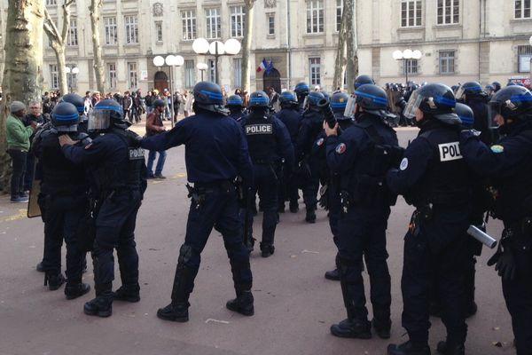 Les policiers interviennent place de la Bourse à Lyon