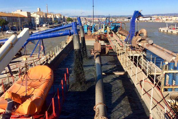 Port-la-Nouvelle (Aude) - un bateau drague le fond du port - 23 janvier 2018.