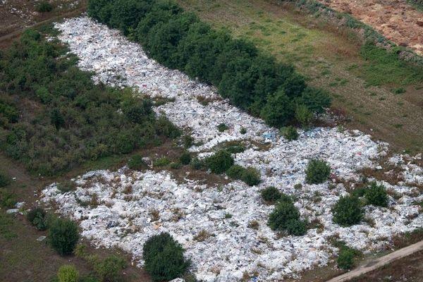 Vue aérienne d'une décharge illégale à ciel ouvert à Carrières-sous-Poissy dans les Yvelines.