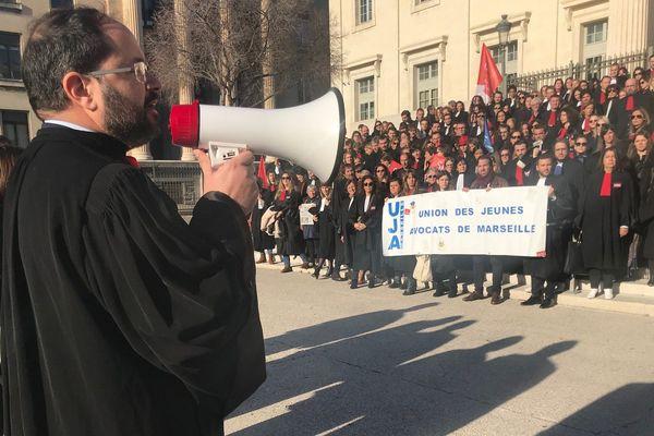 Le bâtonnier Yann Arnoux-Pollak ce matin avec les avocats en grève