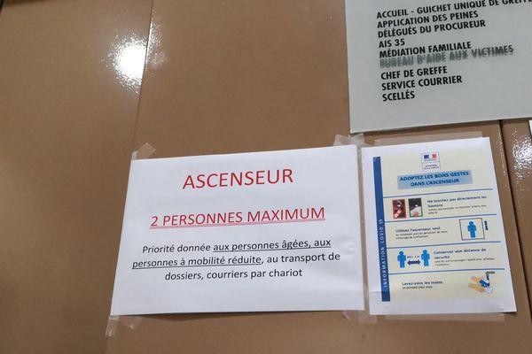 Sur les portes des ascenseurs à la cité judiciaire de Rennes, rappel des consignes liées à l'épidémie de coronavirus