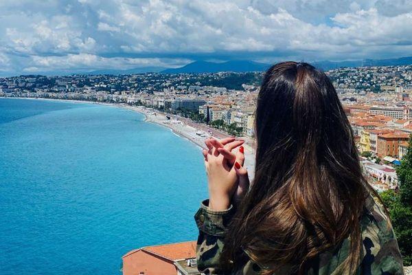 La Baie des Anges turquoise, depuis la colline du Château de Nice.