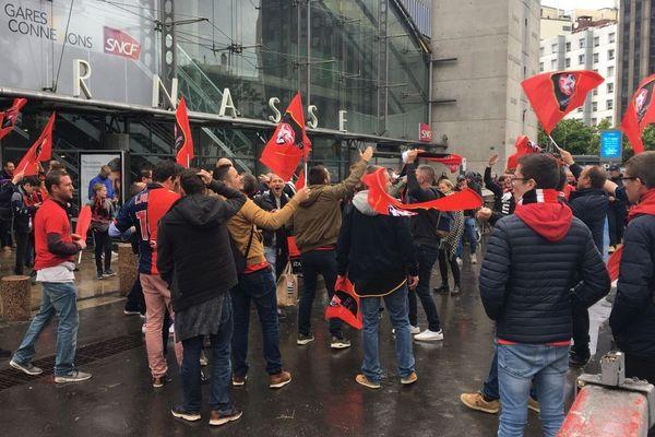 Les supporters rennais à l'arrivée du train spécial en gare Montparnasse à Paris