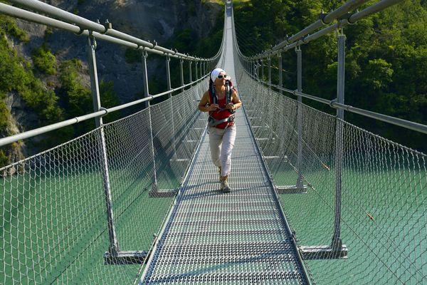Les passerelles du lac de Monteynard, une balade incontournable en Isère.