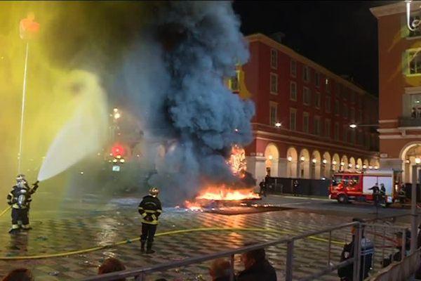 C'est Place Masséna et non pas en mer comme d'habitude, que le roi du carnaval est mort brûlé ce samedi soir.