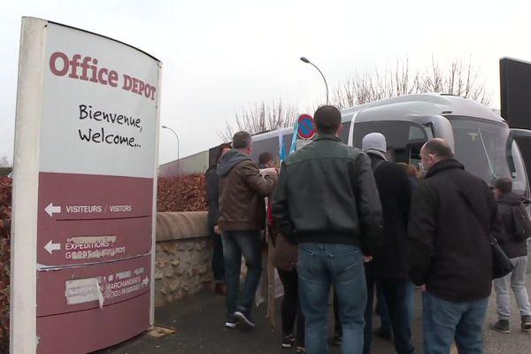 Les salariés d'Office Dépôt s'étaient retrouvés pour aller manifester devant le tribunal de commerce de Lille, le 16 mars 2021.