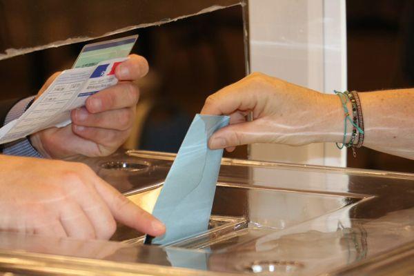 Un bulletin remis dans l'urne à la Chapelle-d'Armentières (Nord) ce dimanche 20 juin lors du première tour des élections régionales.