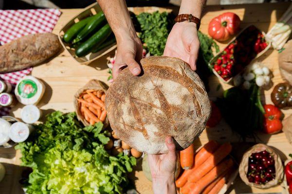 Avec La Ruche qui dit oui, on peut commander en ligne fruits, légumes, pain, fromage, viande… et autres produits de la région.