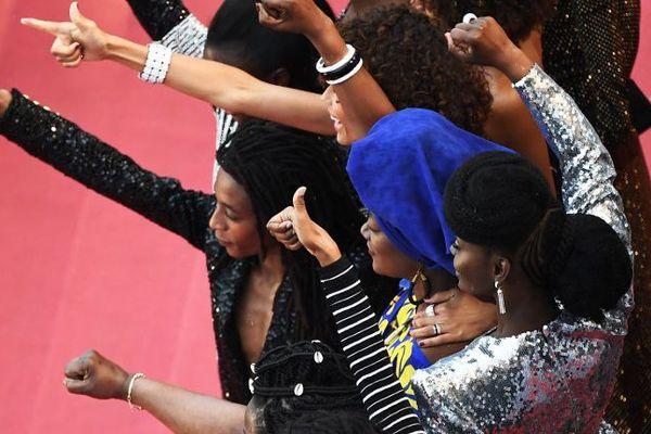 16 actrices françaises noires et métisses ont monté ensemble les marches pour dénoncer la sous-représentation des personnes noires dans le 7e Art en France