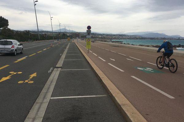 Dédiée aux déplacements rapides, la piste cyclable provisoire côtoyait en partie la voie partagée entre vélos et piétons du bord de mer, limitée à 10km/h.
