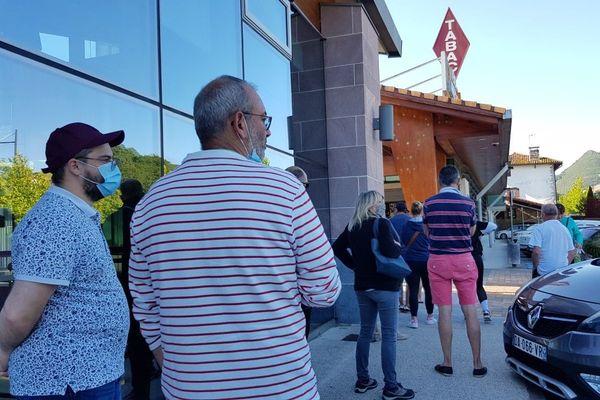 A Dancharia, certains ont du faire la queue pour acheter des cigarettes ce dimanche.