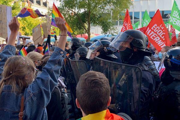 Pro et anti-PMA face à face lors d'une manifestation à Tours, le 10 octobre 2020.