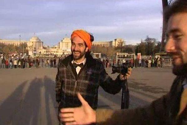 Muammar Yilmaz vendredi matin sur le parvis de la Tour Eiffel