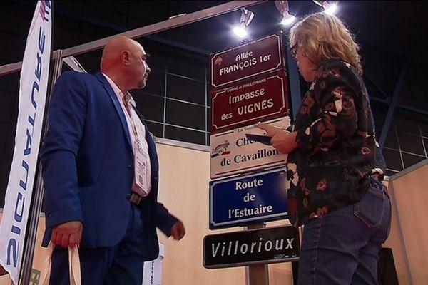 Thierry Moteau, le maire de Voulgezac en Charente, veut acheter des panneaux signalétiques pour sa commune.