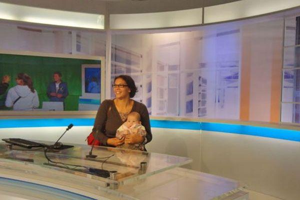 Notre plus jeune visiteur  et sa maman dans le studio du journal régional
