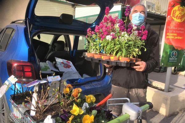Wilfrid Bricourt vient chaque week-end depuis le Vaucluse pour aider les sinistrés des vallées. Il récolte des fleurs afin de redonner de la vie dans leurs jardins dévastés par la tempête Alex.