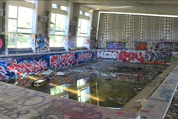 05-02-2019 : la piscine de Luminy a fermé ses portes en mars 2009.