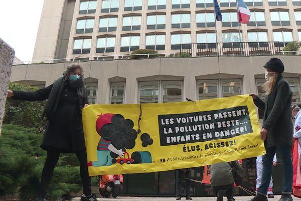 Des parents d'élèves et militants de Greenpeace (et Alternatiba) ont déposé un recours au Tribunal administratif jeudi 15 octobre pour dénoncer l'inaction de l'état, la ville et la métropole face à la pollution qui touche l'école Michel Servet, dans le 1er arrondissement de Lyon