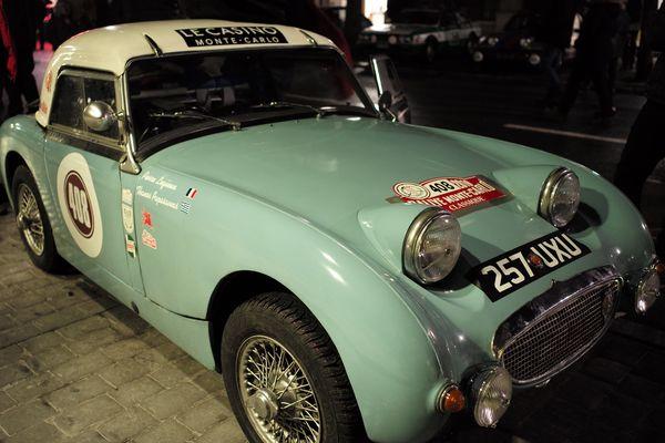 Voici l'Austin Healey de l'équipage 408 qui date de 1959. Elle participe au Rallye Monte Carlo classique.
