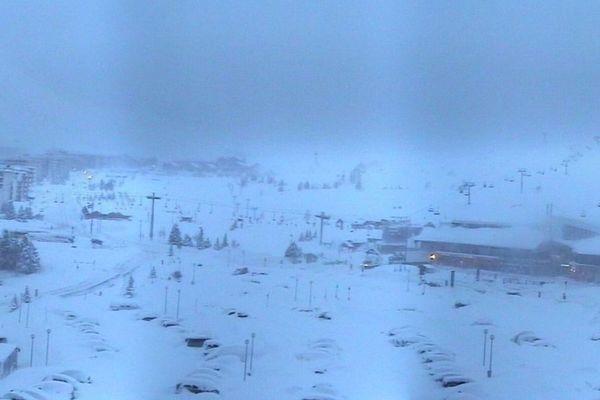Dans une photo postée ce matin sur les réseaux sociaux, l'Alpe d'Huez alerte sur le risque d'avalanche et appelle à ne pas quitter les pistes balisées.