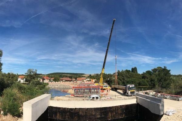 Une puissante grue de 40 mètres de haut soulève des poutres de plus de 30 mètres de long pesant 16,5 tonnes.