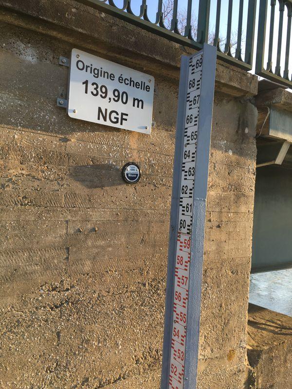 Des repères visuels sont installés aux endroits stratégiques pour évaluer la montée des eaux en période de crue