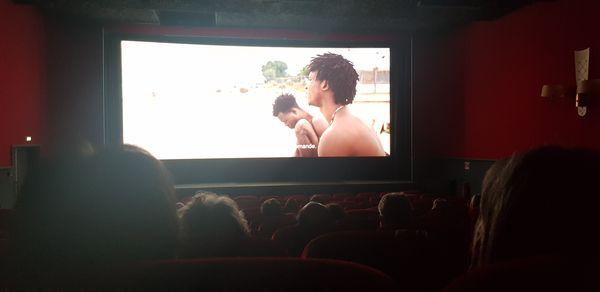 L'expérience privilégiée d'un film sur grand écran dans une salle obscure