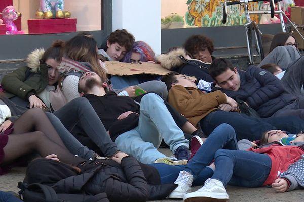 Pendant leur manifestation, les lycéens de Bayonne se sont allongés devant les Galeries Lafayettes.