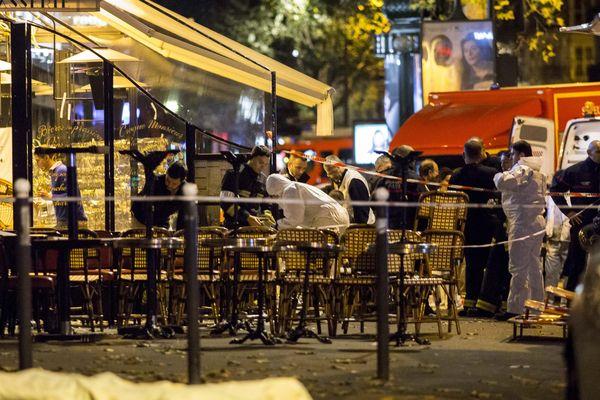 Police et secours devant le Bataclan le soir des attentats du 13 novembre 2015 à Paris