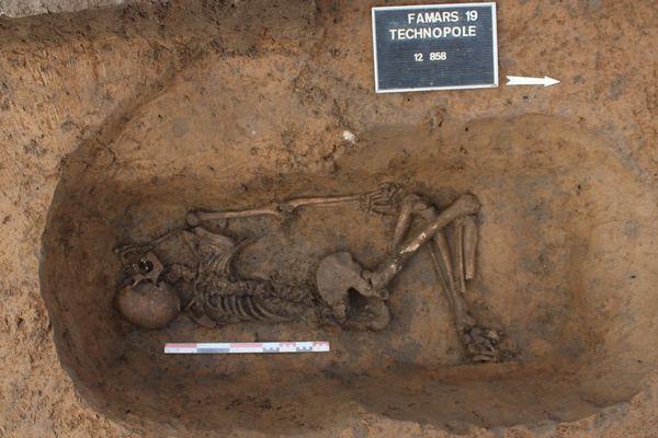 Un squelette exhumé dans une fosse, et datant du IIIe siècle.