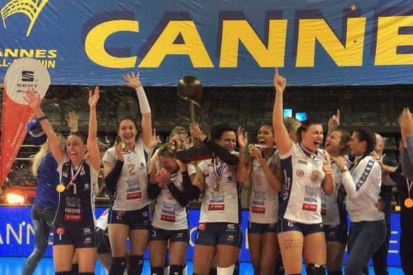 Les championnes de France du RC Cannes laissent éclater leur joie et posent avec leur trophée.