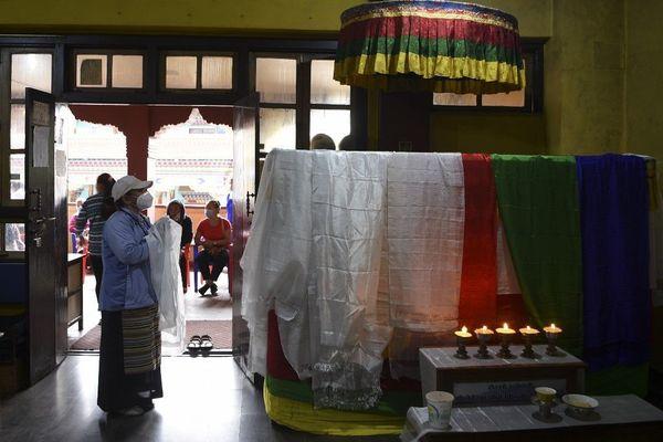 """A Katmandou, les Népalais se recueillent ce 21 septembre devant le cercueil de celui que tous surnommaient """"le Léopard des Neiges""""."""