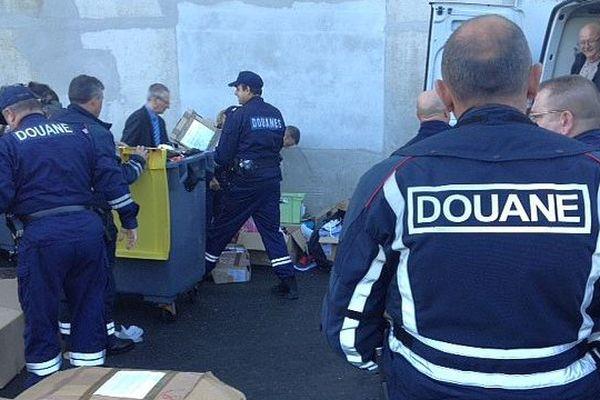 Nîmes - opération de destructions d'objets de contrefaçons saisis par les Douanes - 5 novembre 2015.
