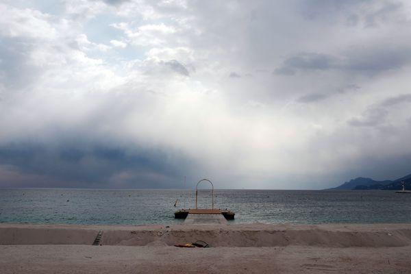 Le maire de Cannes souhaite voit rouvrir ses plages dès la semaine prochaine.