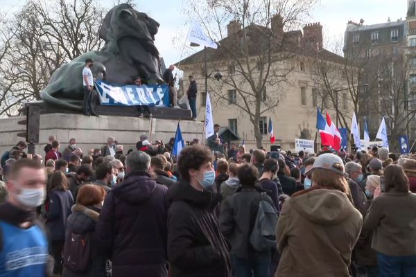 Plusieurs centaines de sympathisants du mouvement d'extrême droite Génération identitaire se sont rassemblées ce samedi à Paris.