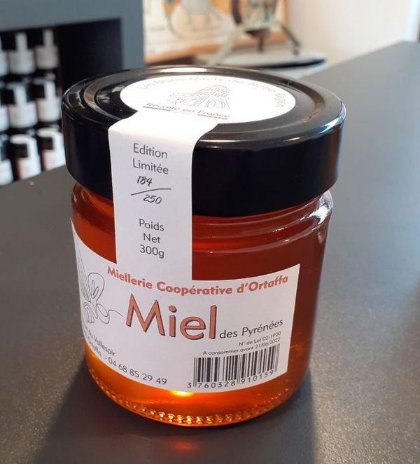 Un des premiers pots de miel conditionné à la miellerie d'Ortaffa.