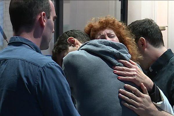 Annie Métais entourée de ses fils, juste après l'énoncé du verdict.