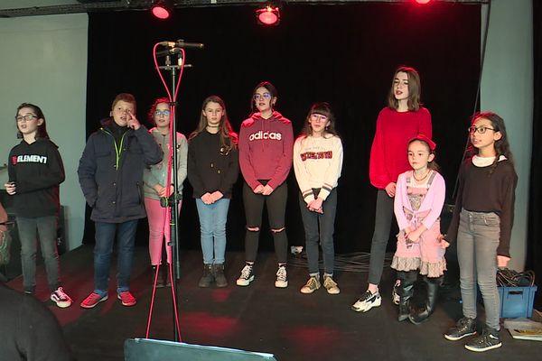 """Les enfants de """"Normandie Kids"""", la chorale d'enfants de la MJC d'Evreux, lors d'une séance d'enregistrement."""