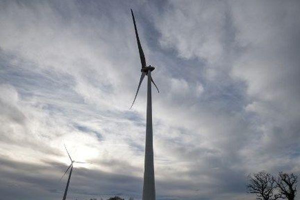 Après un an de construction, les trois pales de chaque édifice, accrochées à un impressionnant rotor de 115 mètres de diamètre, ont commencé à tourner en décembre sous l'effet du vent.