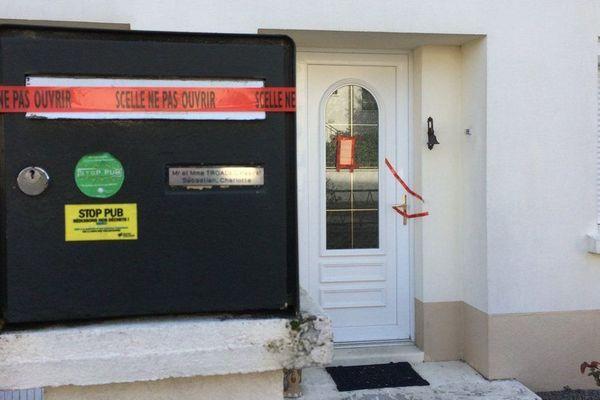 Les scellés interdisant l'entrée au domicile de la famille Troadec