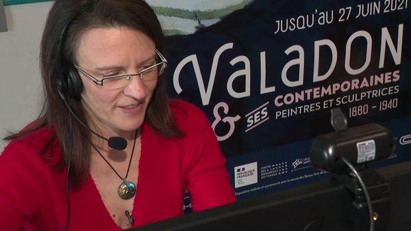 La médiatrice culturelle fait découvrir l'expo Suzanne Valadon virtuellement.
