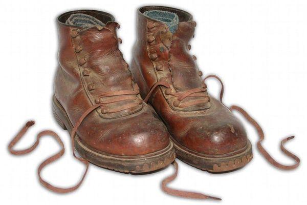 Chaussures appartenant à un costume de soldat.