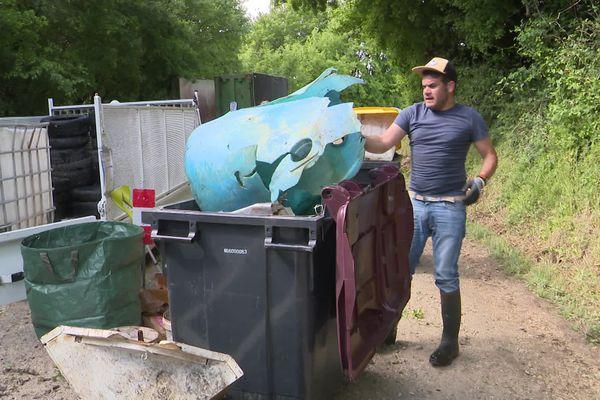 Des tonnes de détritus ont été ramassés dans une décharge sauvage à Ruelle-sur-Touvre, en Charente, jeudi.