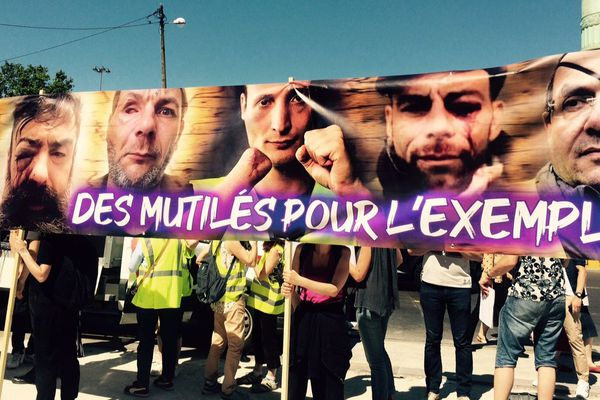 Des manifestants du collectif des Mutilés pour l'exemple place de la Bastille, à Paris, ce dimanche 2 juin.