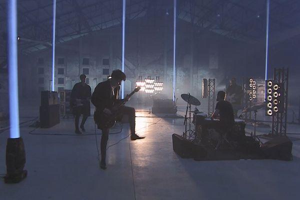 Le groupe Last Train au complet pendant l'enregistrement du concert à la Halle Verrière de Meisenthal en décembre 2020.
