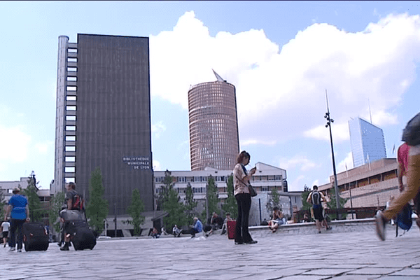 """Lyon Part-Dieu : le parvis de la gare ! La destruction d'un immeuble offre aujourd'hui une vue imprenable sur la """"skyline"""" lyonnaise"""