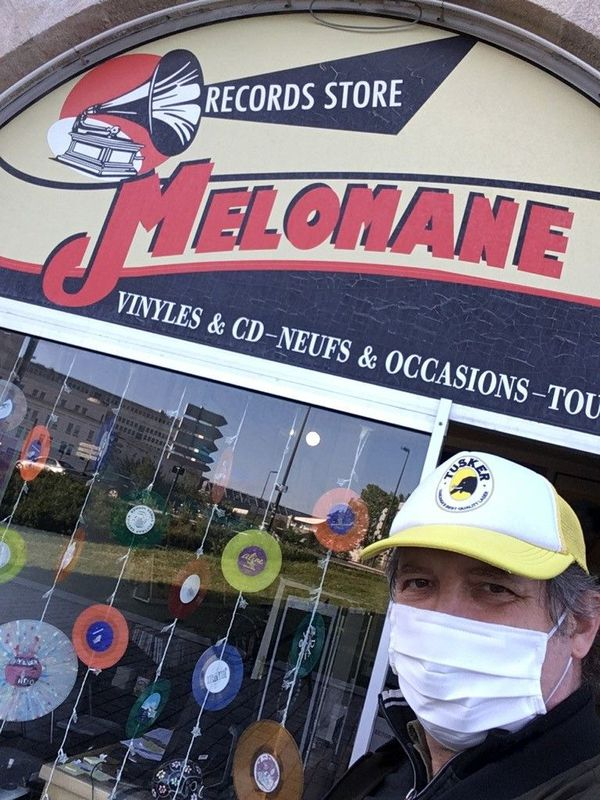 le disquaire devant son magasin: JC de Mélomane à Nantes
